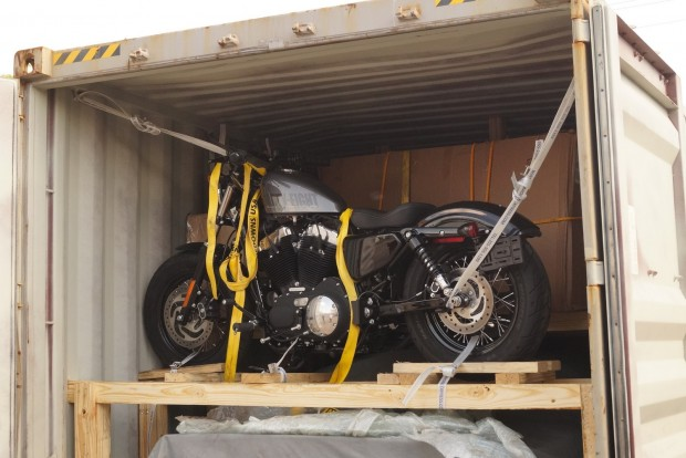 Egy új Harley sportster a dobozban a fa alatt