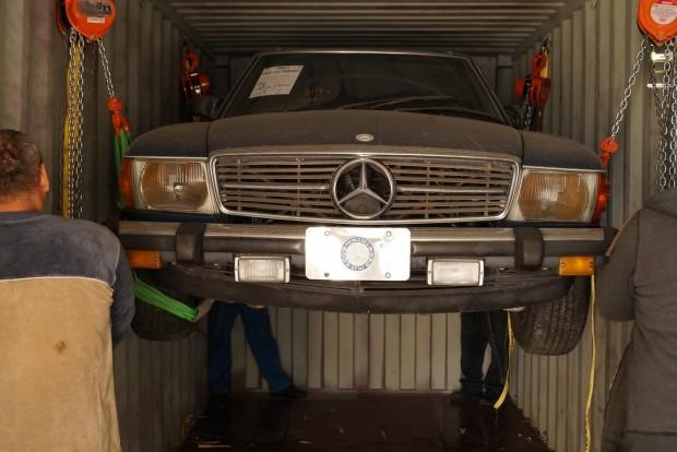 A Mercedes SL-t kézi csörlővel engedték le a plafonról