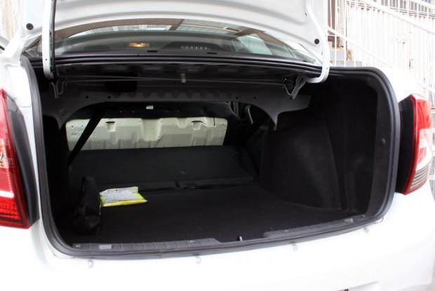 Alapesetben 520 literes a csomagtartó, az üléstámla és az ülőlap egyben hajtható előre. Alul teljes értékű pótkerék van