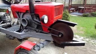 Ez a traktor tökéletes tűzifaaprító, de zombitámadás esetén se utolsó fegyver