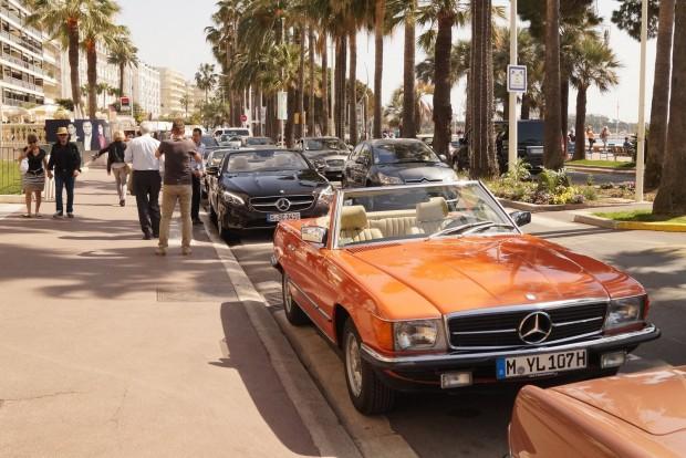 Egy nizzai parti luxushotel előtt pont veterán kabrió-Merci találkozó zajlott