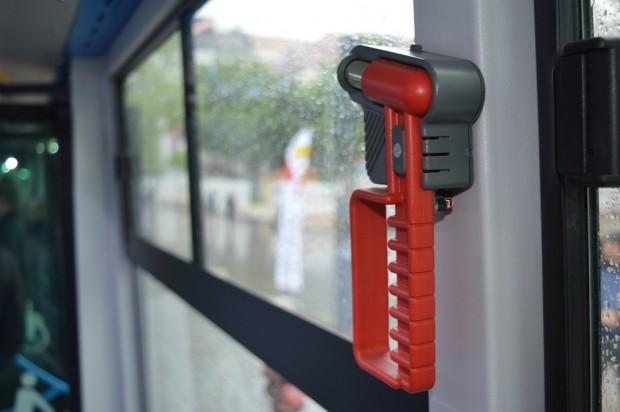 Az ablaktörő kalapácsokat biztosan nem lovasítják meg, mert az autóbuszon kamerák vannak.