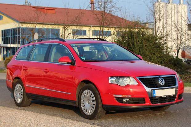 Egy Passat szokatlan pirosban, de az élénk és jó minőségű fényezés jól áll az autónak