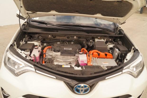 A 2,5 literes benzinmotor az elektromos rásegítéssel 7,2 literes fogyasztást produkált vegyes üzemben. 4x4, automata, benzines: kiváló érték