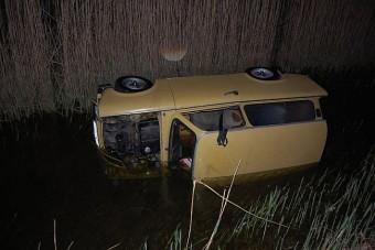 Poénból törtek fel és löktek vízbe autókat Győrben