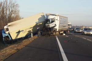 Kegyetlen dugó az M5-ösön, két teherautó ütközött