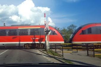 Részeg autós rongálta meg a vasúti átjárót