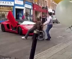 Kerekesszékkel állta útját a Lamborghininek