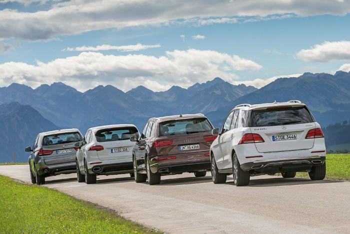 Mind a négy autó eljut egy tankolással az Alpoktól a tengerig. Szükség esetén akár földutakon is