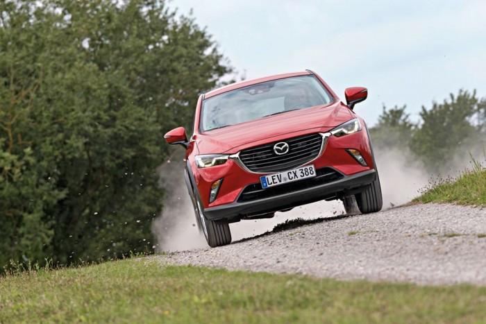 126 kilóval könnyebbnek bizonyult a mérlegen a Mazda CX-3. Ennek megfelelően a 15 lóerővel gyengébb motorja ellenére is tartja a lépést a HR-V-vel, hasonló fogyasztás mellett
