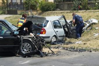 Halálos baleset, négy sérült: lezárták a 6-os utat