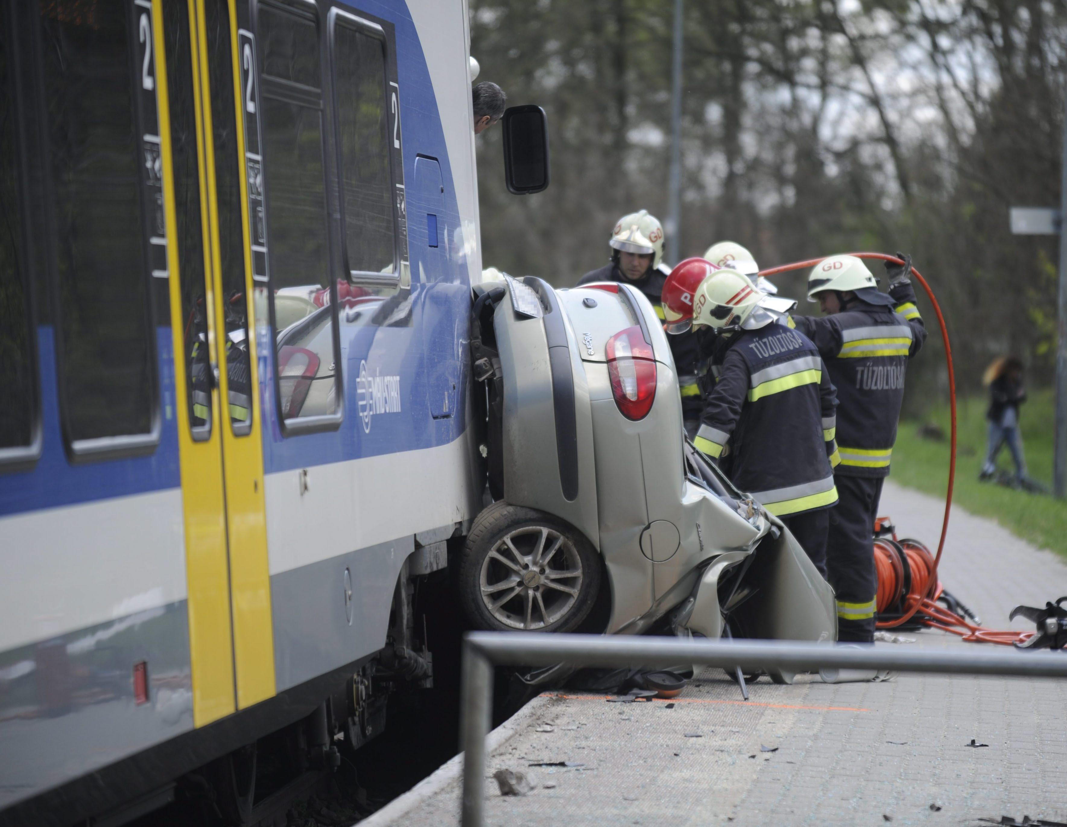 Veresegyház, 2016. május 16. Tûzoltók egy vasúti átjárónál Vicziántelepen, ahol személyautó ütközött egy Vácról Budapestre tartó vonattal 2016. május 16-án. A balesetben egy ember megsérült. MTI Fotó: Mihádák Zoltán