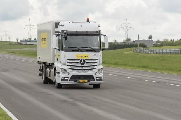 Rémisztő látvány tud lenni egy 100 km/órás sebességgel cikázó kamion, a Dunlop tesztpályáján viszont bőven akad hely ilyesmire