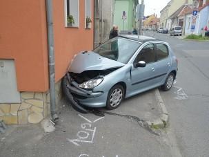 Autóztak egyet, a kocsi és a házfal bánta