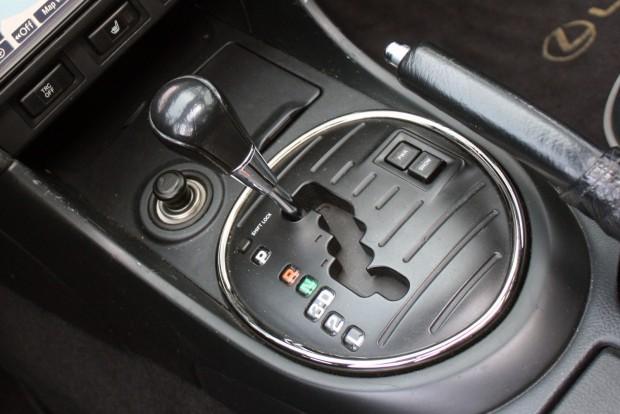 Négyfokozatú automatika kíméli a kisebbik benzines, a háromliteresé ötgangos. 90 000 km után kell olajat cserélni benne