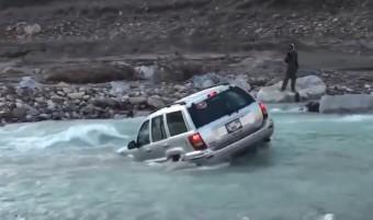 Autóval együtt sodorta el a folyó