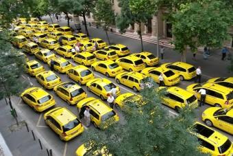 Ma az Erzsébet hidat is lezárják a taxisok