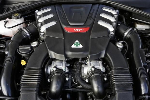 Íme az 510 lóerős, háromliteres, biturbó V6-os maga. Szép a hangja, de nem lehengerlő. Szépen, egyenletesen adja le a teljesítményét