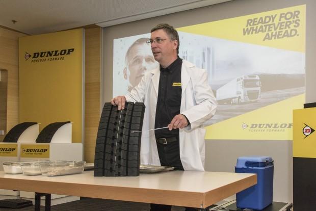 Fülöp Tibor a vállalat kontakt fizikusa, az ő kezén megy át az összes forgalomba kerülő abroncs