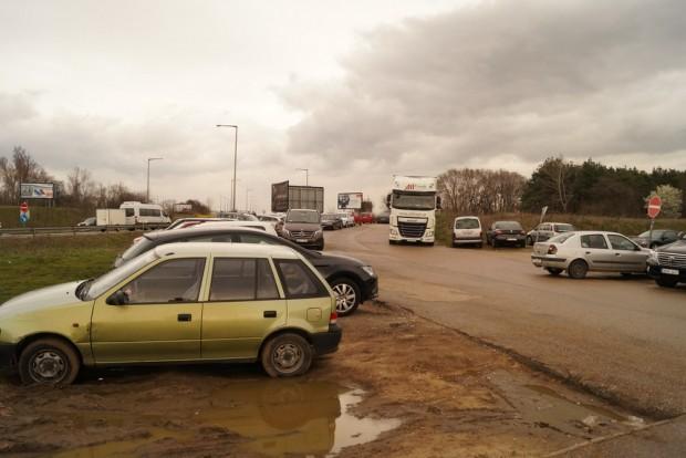 Sárban dagonyáznak az autók a reptéren dolgozó vagy rövid útról hamarosan visszatérő gazdájukra várva