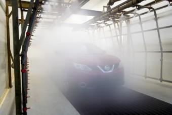 30 ezer liter vizet locsolnak az új Nissanokra