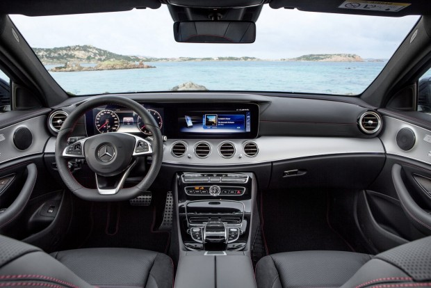 Félautonóm mobilitási technológiák, vezetőtámogató rendszerek, és újdonságként távvezérelt parkolási funkció is elérhető az autóhoz.Hátra iPad integráció, egyedi fejlesztésű gyerekülések kérhetők.