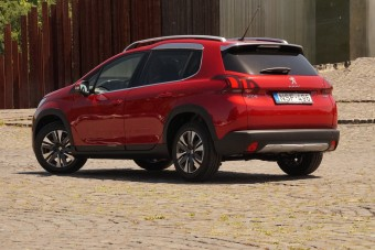 Karomnyomok a tetőn - itt a friss Peugeot 2008