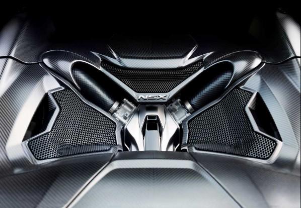 A dinamikus üzemmódok során nem csupán az olyan járműspecifikus beállításokat hangolhatjuk be, mint a futómű csillapítása, a szervorásegítés, a nyomatékáthelyezés, hanem a V6-os utastérbe jutó hangzását is testre szabhatjuk