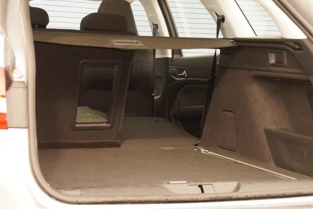 Síkba dől, a kocsi mögül egy ujjmozdulattal dönthető a támla