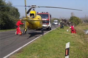 Baleset a 6-os úton , mentőhelikopter a helyszínen