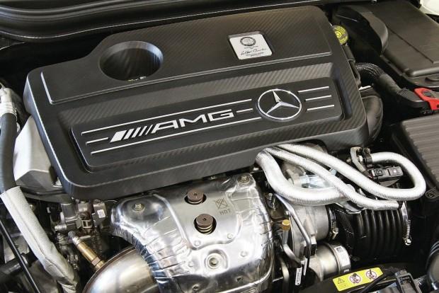 Az év motorja 1.8-2.0 liter között A Mercedes-AMG 2,0 literes turbós négyhengerese még mindig etalon a méretosztályban. Az Audi 2.0 TFSI mögött harmadik helyre került a Volvo T8 Twin Engine konnektoros hibridje.