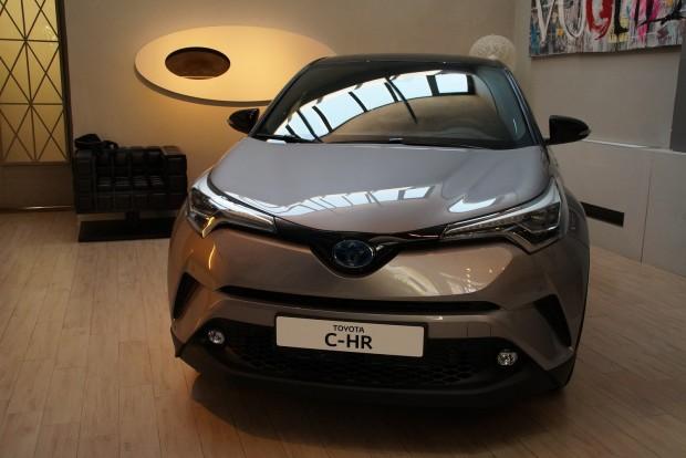 Egy milánói dizájnstúdióban állították ki a kocsikat a statikus bemutatóhoz