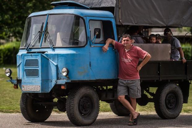 Kecel, 2016. június 11. Lajkó László áll egy Urszusz motorral szerelt csettegõje mellett a VII. Keceli Meggyfesztiválon megrendezett csettegõk versenyén 2016. június 11-én. A Dél-Alföldön elterjedtek a csettegõk, amelyeket tréfásan mezõgazdasági kabriónak is neveznek. Ezek általában kiszuperált autók alkatrészeibõl egyedileg készített szállítójármûvek, amelyeket a gyümölcs- és szõlõtermelõk használnak a gazdaságukban. MTI Fotó: Ujvári Sándor