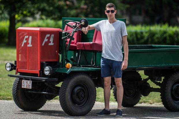 Kecel, 2016. június 11. Lakatos László áll egy Deutz motorral szerelt csettegõje mellett a VII. Keceli Meggyfesztiválon megrendezett csettegõk versenyén 2016. június 11-én. A Dél-Alföldön elterjedtek a csettegõk, amelyeket tréfásan mezõgazdasági kabriónak is neveznek. Ezek általában kiszuperált autók alkatrészeibõl egyedileg készített szállítójármûvek, amelyeket a gyümölcs- és szõlõtermelõk használnak a gazdaságukban. MTI Fotó: Ujvári Sándor