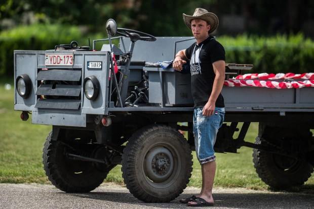 Kecel, 2016. június 11. Nehéz Tamás áll egy WL7 motorral szerelt csettegõje mellett a VII. Keceli Meggyfesztiválon megrendezett csettegõk versenyén 2016. június 11-én. A Dél-Alföldön elterjedtek a csettegõk, amelyeket tréfásan mezõgazdasági kabriónak is neveznek. Ezek általában kiszuperált autók alkatrészeibõl egyedileg készített szállítójármûvek, amelyeket a gyümölcs- és szõlõtermelõk használnak a gazdaságukban. MTI Fotó: Ujvári Sándor