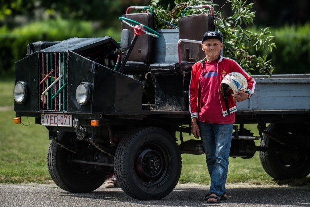 Kecel, 2016. június 11. Földes István áll egy Trabant motorral szerelt csettegõje mellett a VII. Keceli Meggyfesztiválon megrendezett csettegõk versenyén 2016. június 11-én. A Dél-Alföldön elterjedtek a csettegõk, amelyeket tréfásan mezõgazdasági kabriónak is neveznek. Ezek általában kiszuperált autók alkatrészeibõl egyedileg készített szállítójármûvek, amelyeket a gyümölcs- és szõlõtermelõk használnak a gazdaságukban. MTI Fotó: Ujvári Sándor