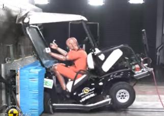 Videó arról, hogy golfkocsival falnak menni hülyeség