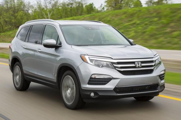Legjobb szabadidőjármű: Honda Pilot Első pillantásra emlékeztet a CR-V-re, de 41 centivel hosszabb annál. Törésbiztonsága kiemelkedő.