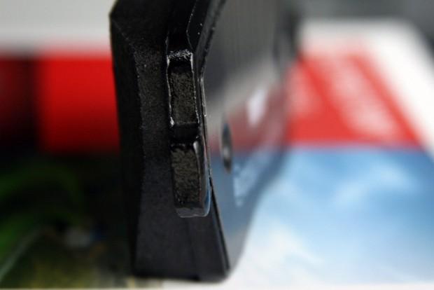 Jobb szélen az a vasra ragasztott, 0,2 mm körüli vastagságú betét növeli a fékezéskor keletkező rezgések frekvenciáját, hogy ne halljuk a fékcsikorgást