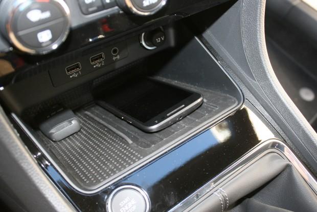 Indukciósan, vezeték nélkül tölthetők az erre alkalmas okostelefonok