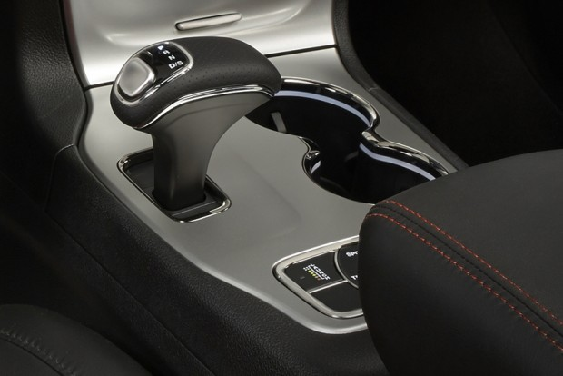 Előre-hátra mozdítva vált fokozatot a rövid kar, és ez megtévesztheti a mechanikus rendszerhez szokott autósokat.