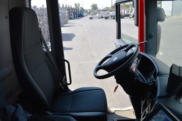 A nappali fülkével ellátott Scaniában két fő kényelmes utazására van lehetőség. A harmadik utas csak a motor sátor miatt nem fér el.