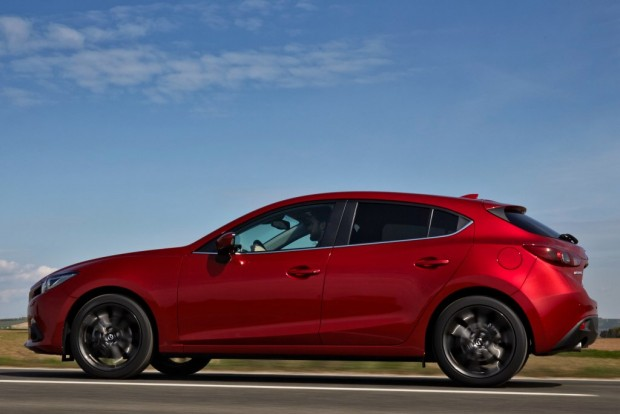 Legjobb ferdehátú: Mazda3 Különleges hajtáslánc-technológiák, határozottan sportos karakter, éljenek az apukák!