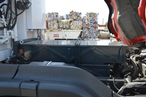 Az elektromos motor jóval kisebb helyet foglal el, ezért sikerült észrevétlenül elhelyezni az akkumulátorokat.