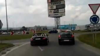 A világért sem térne ki a mentőautó útjából a bunkó autós