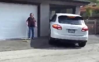 A garázs bejáratánál borotválta le a Porsche oldalát