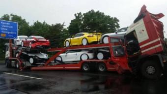 Figyelmetlen kamionos miatt pusztultak a Porschék
