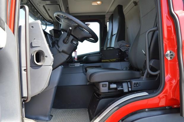 Viszonylag nagy lábtér áll rendelkezésre a sofőr számára, de ebben a teherautóban csak két pedál van.