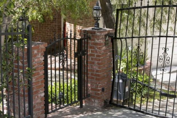 A kerítés, aminek az autó neki préselte a színészt. Deformálódott a kovácsolt vas rács.