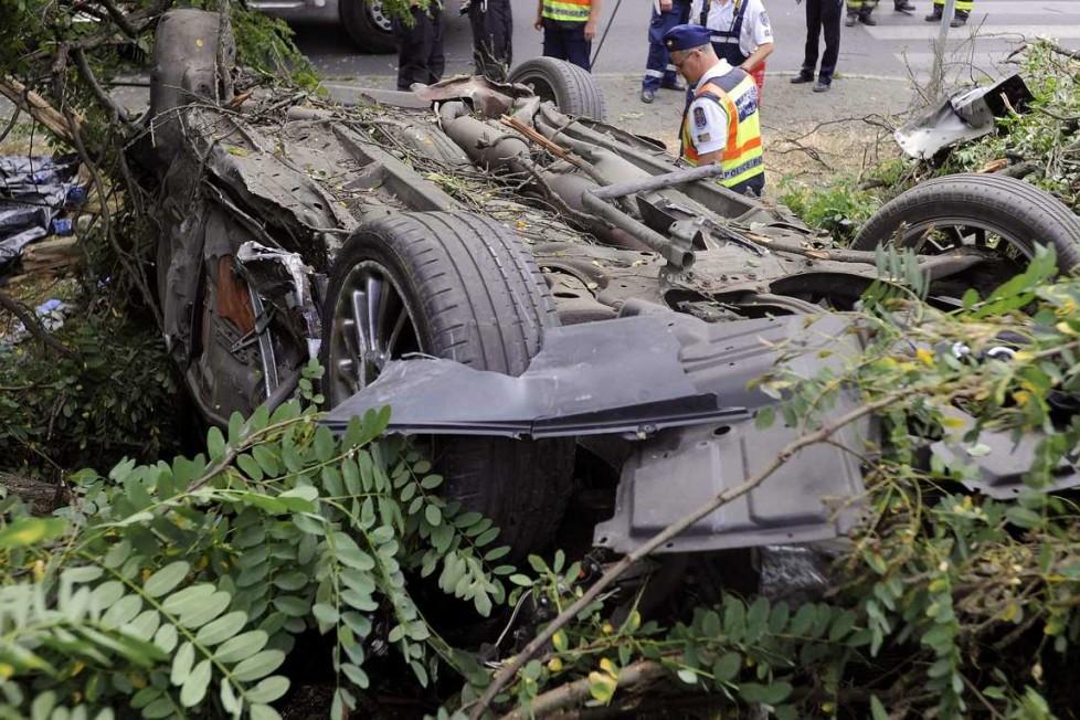 Budapest, 2016. július 9. Tetejére borult, összeroncsolódott személyautó a XXI. kerületi Hollandi úton 2016. július 9-én. Az autó villanyoszlopnak ütközött, majd felborult, a jármûben utazó két férfi a helyszínen meghalt. MTI Fotó: Mihádák Zoltán